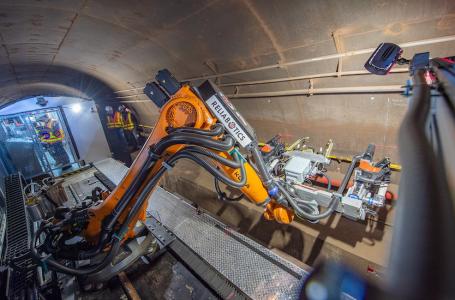 El robot prototipo perfora orificios para bandejas de cables en la rehabilitación de un túnel del metro de Nueva York.